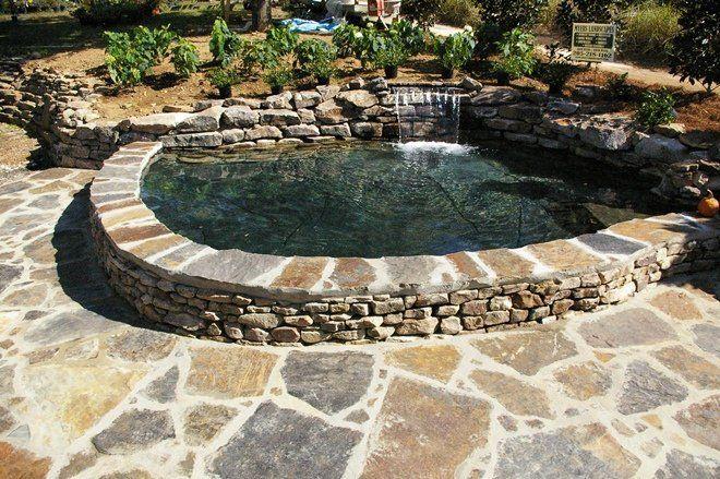 Камни по краям пруда могут быть скреплены цементом