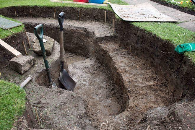 При рытье котлована под пруд точно рассчитывайте высоту и размер порогов