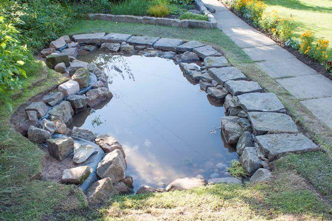 Декорирование пруда камнем - самый востребованный и популярный способ украшения