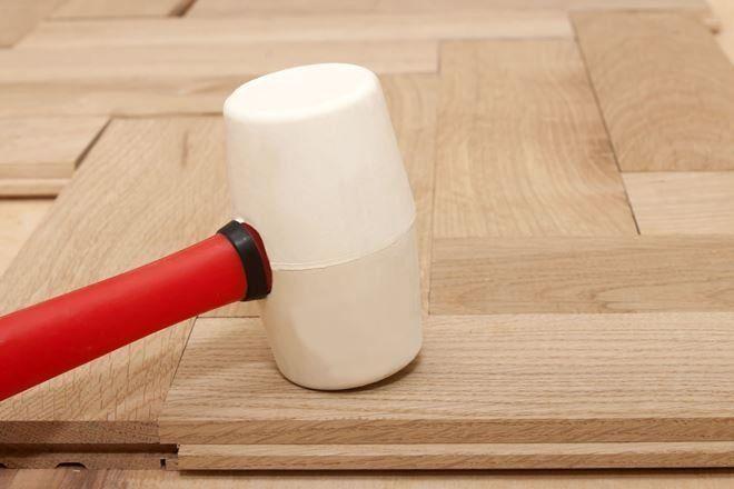 Подгоняйте планки резиновым молотком