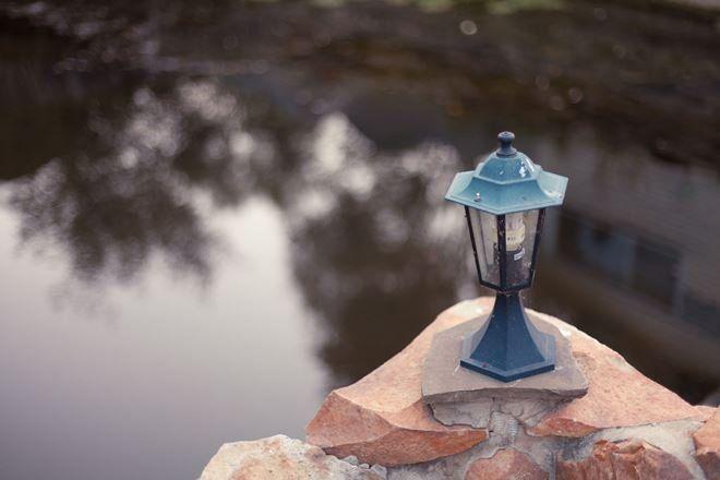 Классические садовые фонари придают водоему таинственность