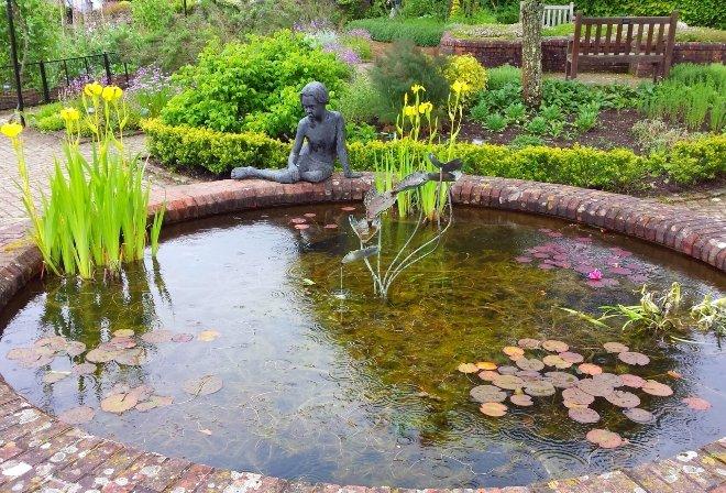 Дорожки вокруг пруда позволят гулять и наслаждаться произведением садового дизайна