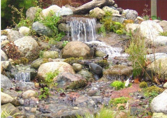 Водопад с обилием камней и растений выглядит совсем как настоящий