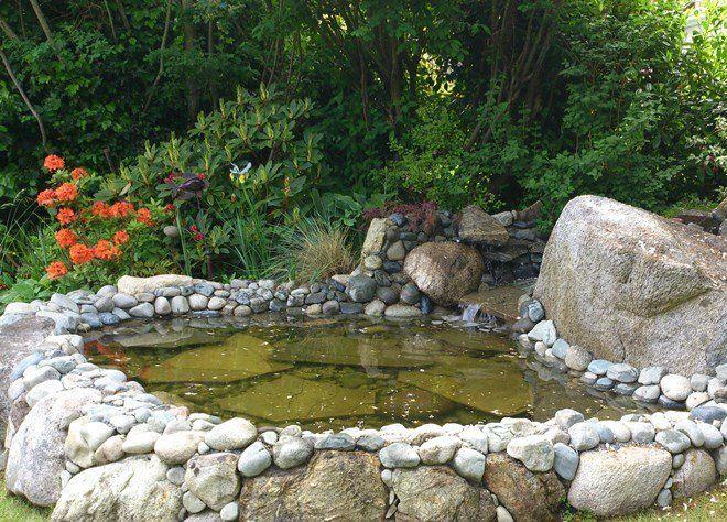 Укрепить берега можно как крупными, так и мелкими камнями
