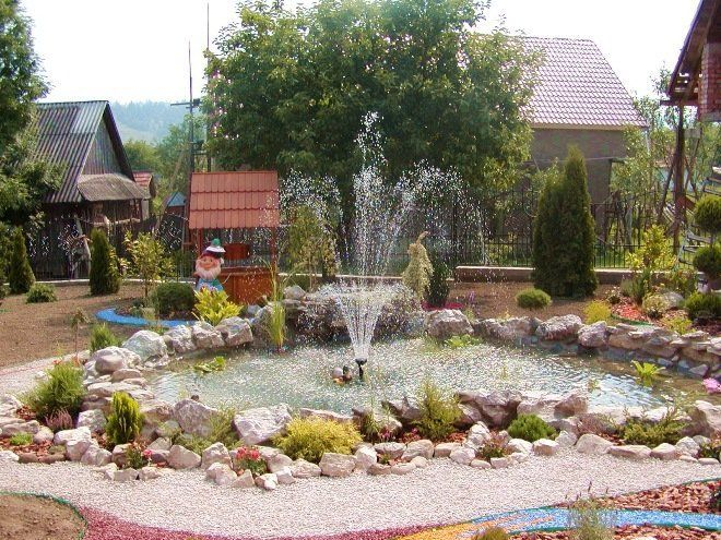 Пруд с фонтаном фото