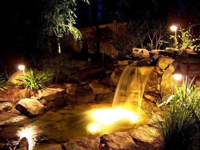 Водопады с подсветкой визуально увеличивают размеры пруда
