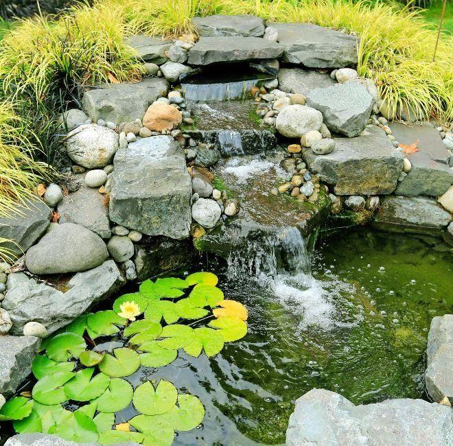 Для сооружения водопада можно использовать камни разных пород и величины