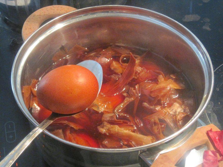 Окрашивание яиц в луковой шелухе